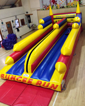 Deluxe inflatable bungee run